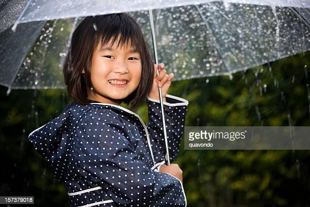 可愛らしいアジア Littel 少女のポートレート、傘の雨、Copyspace
