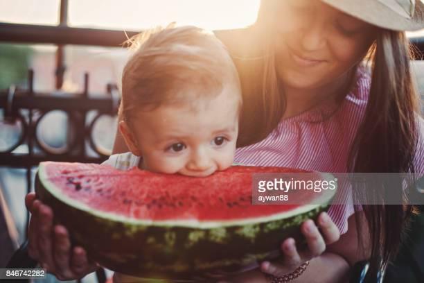 Adorable bébé garçon mordre pastèque