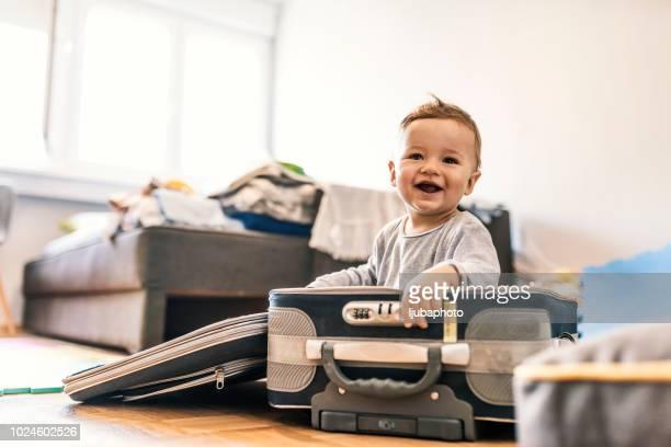adorável bebê menino na mala se divertindo - bebês meninos - fotografias e filmes do acervo