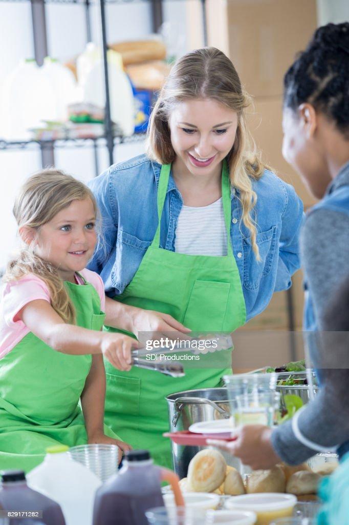 Entzückende Mädchen Hilft Menschen In Suppenküche Dienen Mutter ...