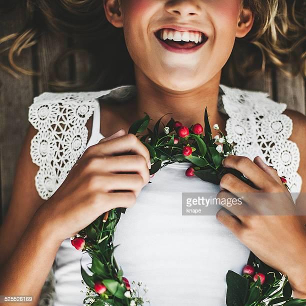 adorável menina com coroa de flores em suas mãos - coroa enfeite para cabeça - fotografias e filmes do acervo