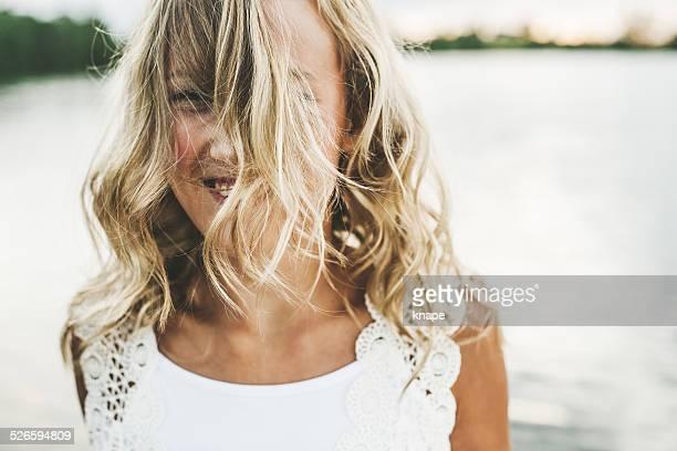 Hübsche Mädchen mit Haar in Ihrem Gesicht