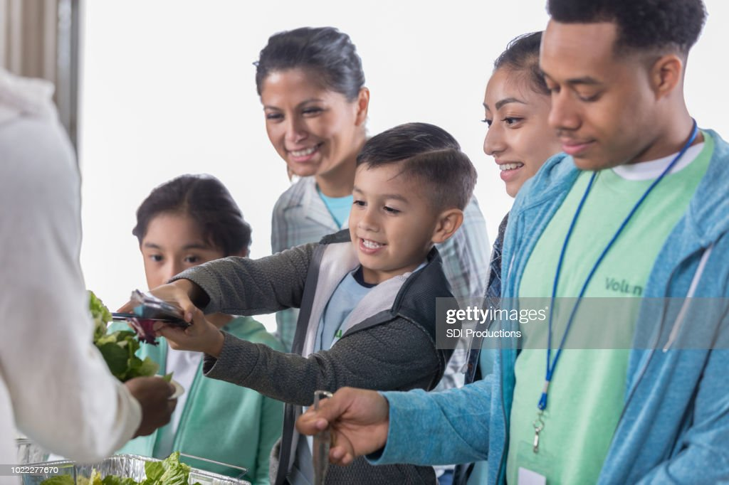 Entzückender Kleine Junge Dient Salat In Der Suppenküche Stock-Foto ...