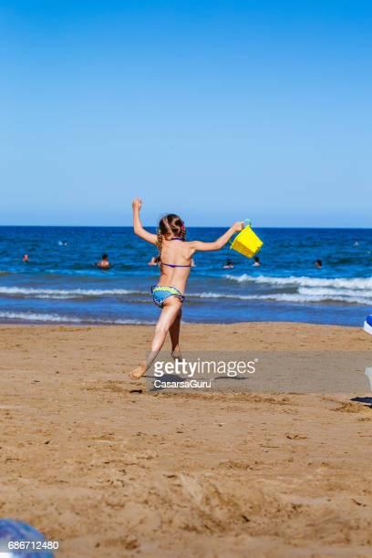Adorable niña disfrute de la playa de Sandy Valencia