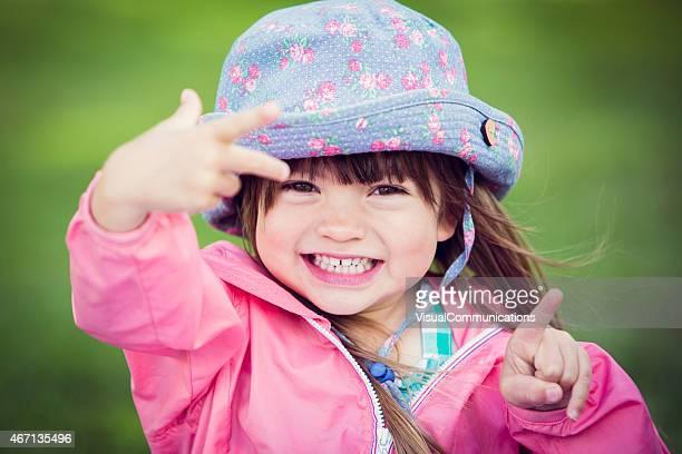 可愛らしい小さな女の子だけの顔を作ります。