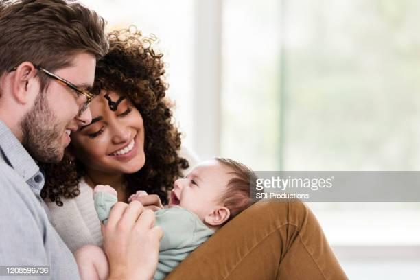 entzückende junge familie mit neugeborenen - person gemischter abstammung stock-fotos und bilder
