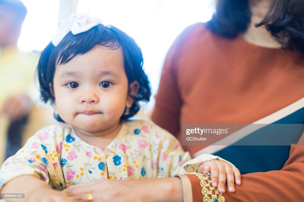 Entzückende junge Mädchen in der Mutter Armen : Stock-Foto