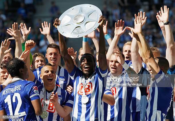 Adrain Ramos und die Mannschaft von Hertha BSC bejubeln die 2 Bundesliga Meisterschaft und den Aufstieg in die 1 Bundesliga mit der Meisterfelge auf...