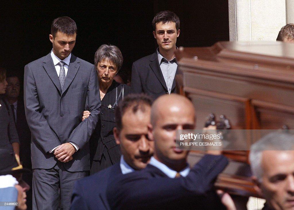 Adrian (L) and Laurent de Mello (R) stan : News Photo