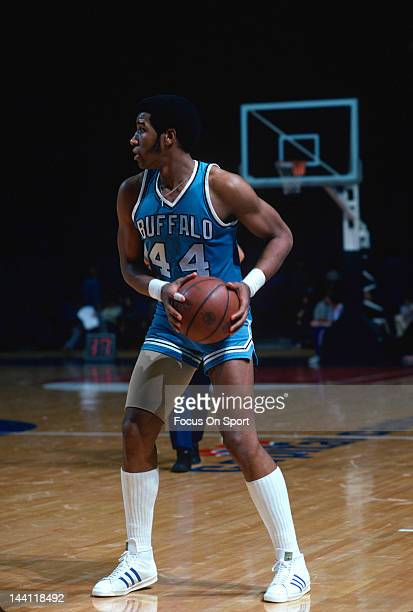Adrian Dantley of the Buffalo Braves in action against the Washington Bullets during an NBA basketball game circa 1977 at the Capital Centre in...