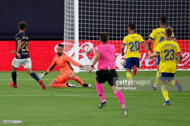 Adrian Lopez of CA Osasuna scores his team's first goal during the La Liga match between Cadiz and Osasuna at Estadio Ramon de Carranza on September...