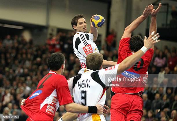 Adrian Pfahl beim Wurf Handball Herren Nationalmannschaft Länderspiel EM Qualifikation Deutschland Österreich 2626 Germany Austria | Location...