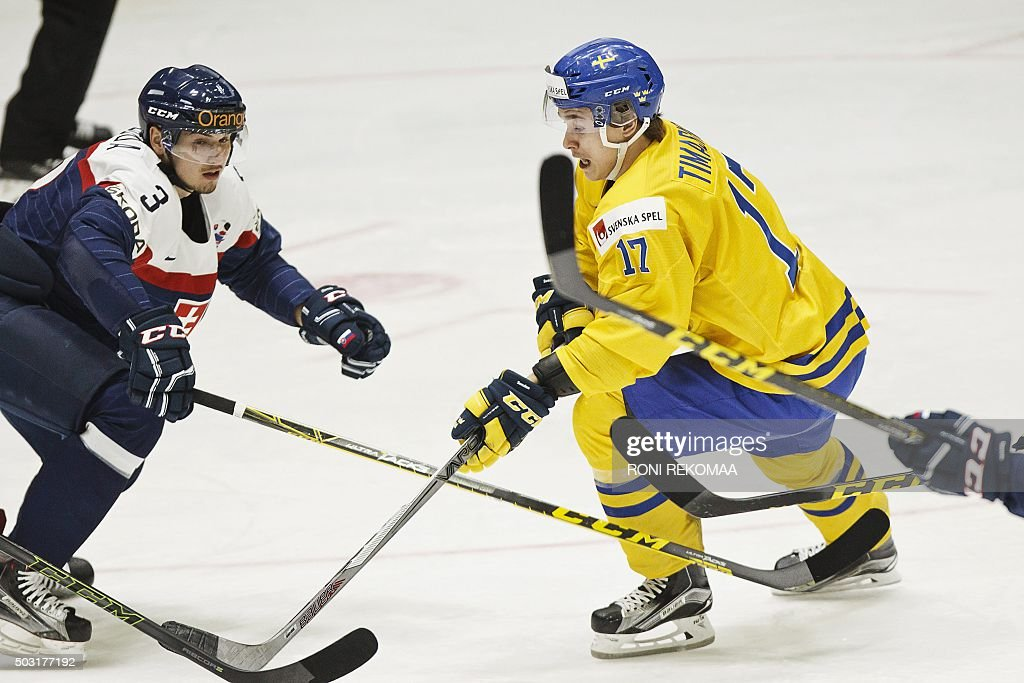 Adrian Sloboda of Slovakia (L) and Dmytro Timashov of Sweden vie during the 2016 IIHF World Junior Ice Hockey Championship quarterfinal match between Sweden and Slovakia in Helsinki, Finland, on January 2, 2016. / AFP / Lehtikuva / Roni Rekomaa / Finland OUT