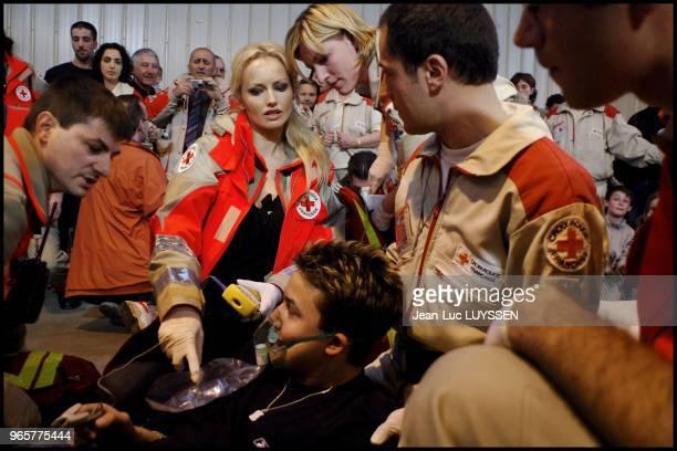 Adriana assiste a un exercice de secours en cas de catastrophe dans le Tarn Le centre operationnel de Realmont est une base de reference pour les...