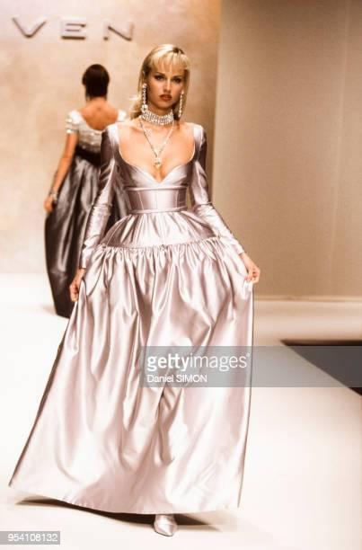 Adriana Karembeu au défilé Carven Haute Couture collection AutomneHiver 199495 à Paris en juillet 1994 France