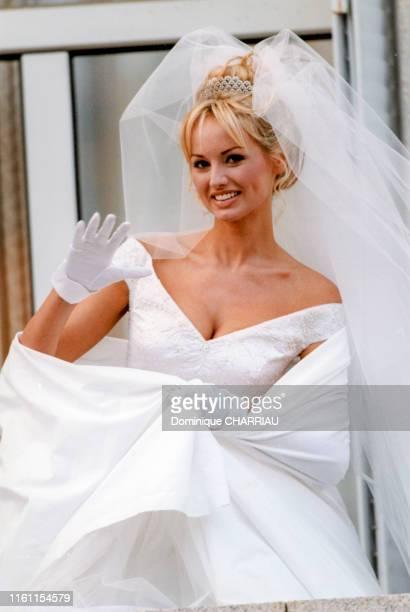 Adriana Karembeu en robe de mariée lors de son mariage avec le footballeur Christian Karembeu en Corse le 22 décembre 1998 à PortoVecchio France