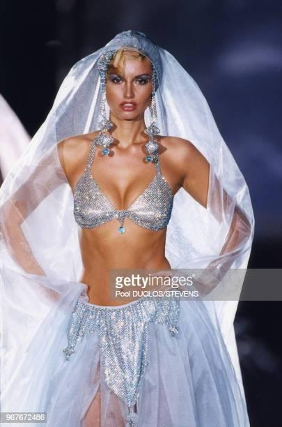 Adriana Karembeu lors du défilé Hautecouture PrintempsEté 19992000 de Paco Rabanne le 16 janvier 1999 à Paris France