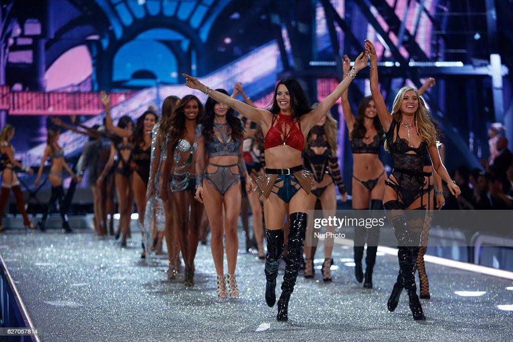 2016 Victoria's Secret Fashion Show in Paris - Show : News Photo