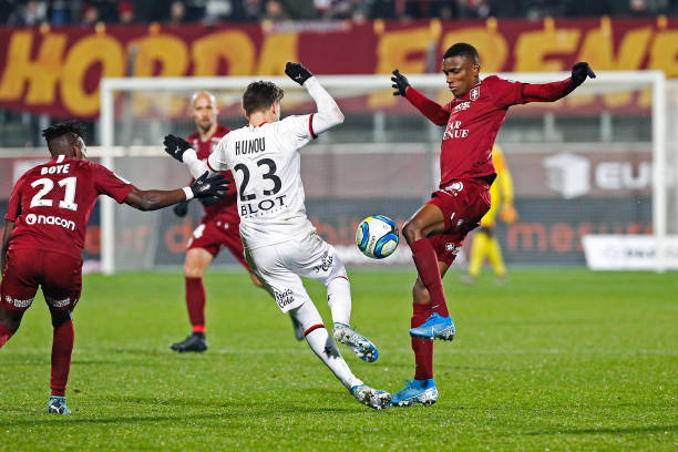 Championnat de France de football LIGUE 1 2018-2019-2020 - Page 33 Adrien-hunou-of-rennes-and-mamadou-fofana-of-metz-during-the-ligue-1-picture-id1186501460?k=6&m=1186501460&s=612x612&w=0&h=GXX-jwtG90ry675o8CH_f0C65ks_-JlIp8e6X1EPxh8=