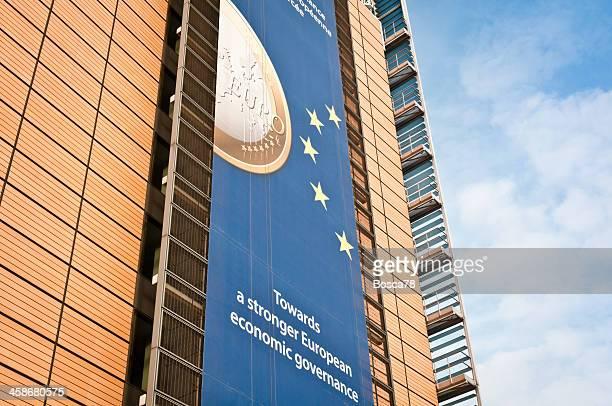 werbung auf der fassade berlaymont-gebäude, brüssel - eu gipfel stock-fotos und bilder