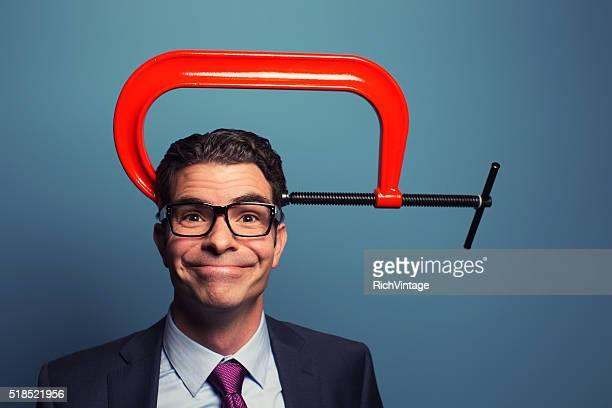Adulto Empresário sorridente com Vice na cabeça