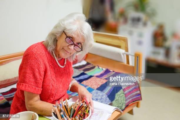 adult coloring books - brief - eine seniorin allein stock-fotos und bilder