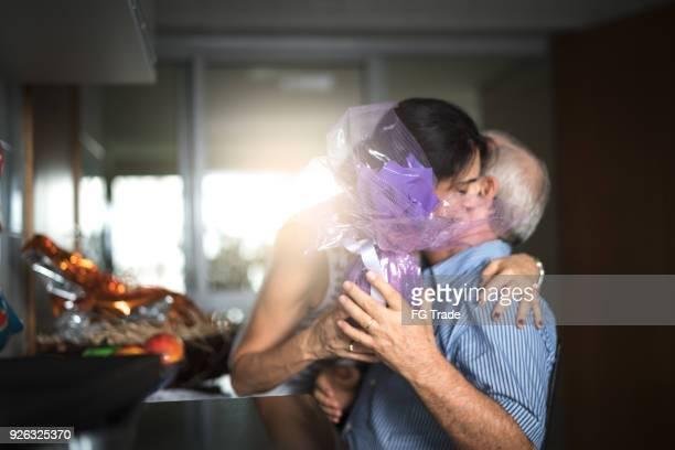 casal adulto, celebrando a páscoa brasileira com ovos de chocolate - easter - fotografias e filmes do acervo