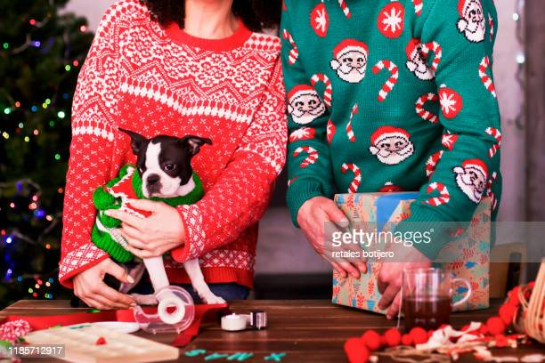 adult couple preparing the christmas presents - pull photos et images de collection