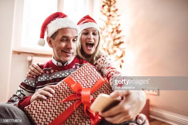 大人のカップルがクリスマスに自宅の selfie を取る