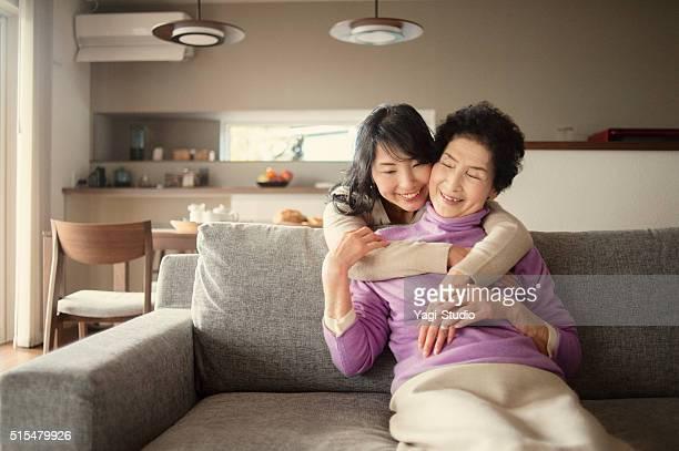 Adulte mère et fille embrassant à la maison
