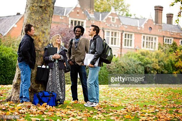 Erwachsene Bildung: Vielfältige ältere Schüler diskutieren, Studium zusammen