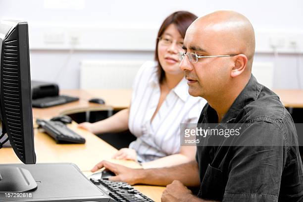 Adultes d'âge mur sincèrement à travailler ensemble dans un environnement de bureau