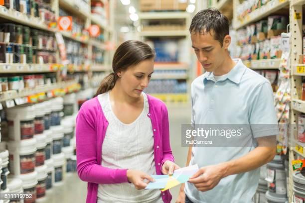 Erwachsene weibliche Abholung 2 x 4 Bretter im Baumarkt