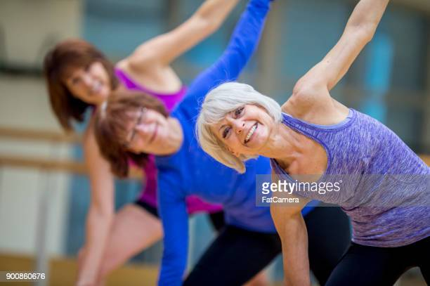 adult fitness class - 50 59 years stock pictures, royalty-free photos & images
