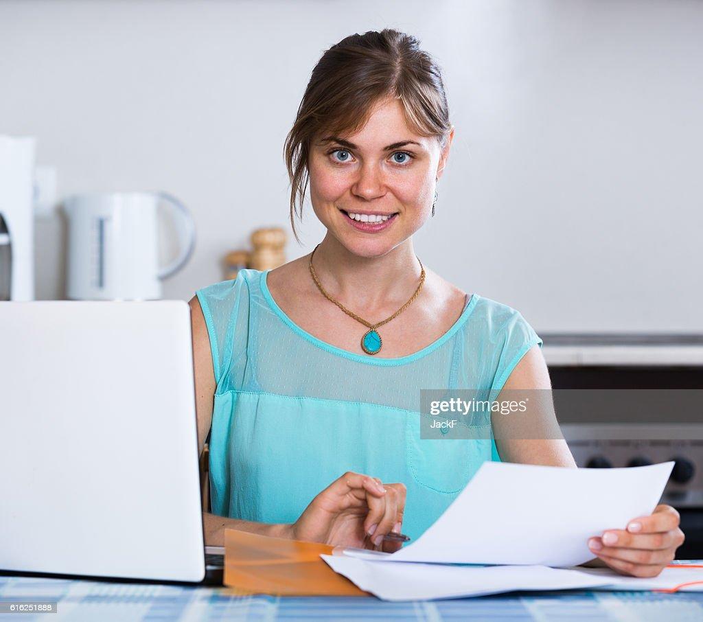 Adulto joven aplicar para préstamos del Banco en su casa : Foto de stock