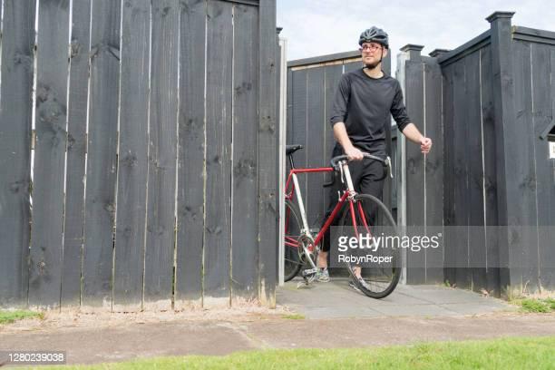 mâle adulte allant pour le tour de vélo de week-end - un seul homme d'âge moyen photos et images de collection
