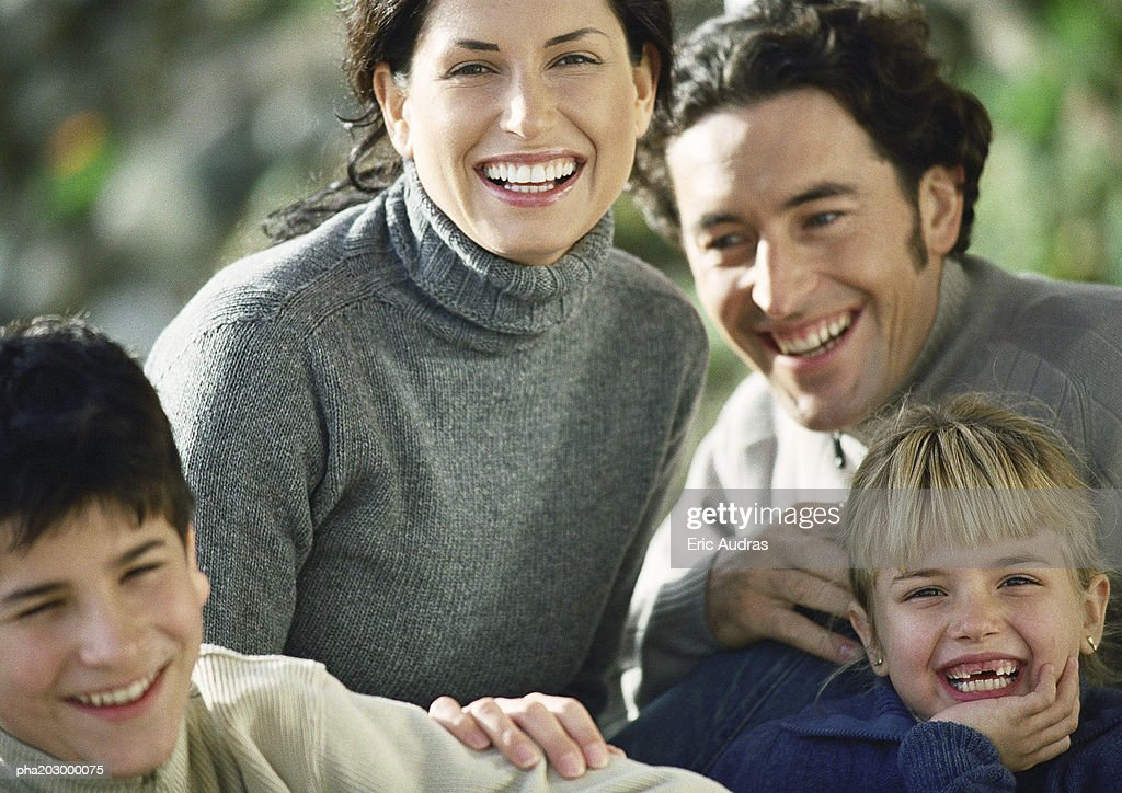Adult man and woman with two children, head and shoulders, outside, close-up : Stockfoto