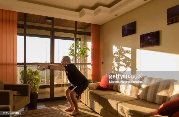 erwachsener mann, der körperliche bewegung zu hause macht - turner syndrome stock-fotos und bilder