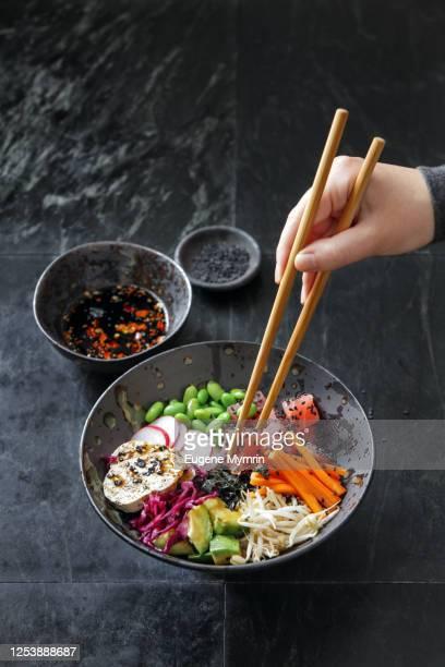 adult man eating homemade ahi tuna poke bowl - prato de soja - fotografias e filmes do acervo