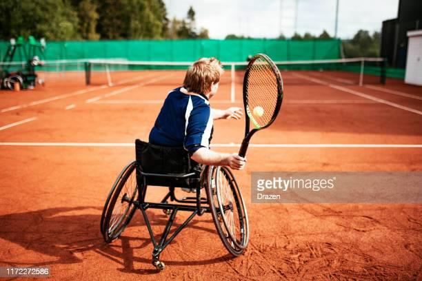 テニスをする車椅子の大人の男性 - 車いすテニス ストックフォトと画像