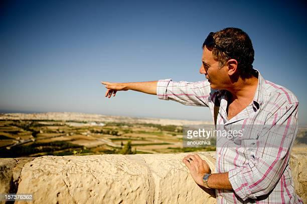 Adulte homme montrant Malte
