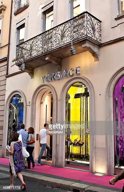 Adulto homem caminha em uma Loja Versace