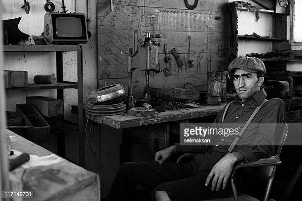 Erwachsener Mann arbeitet auf alten fashined garage