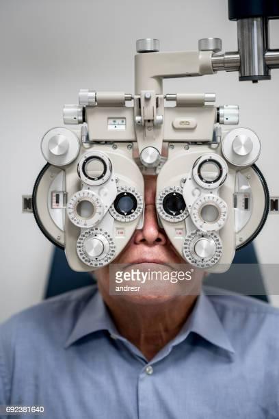 Paciente adulto que un examen ocular en el óptico
