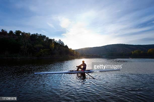 homem adulto remador remo canoagem-scull de barco no lago - só um homem - fotografias e filmes do acervo