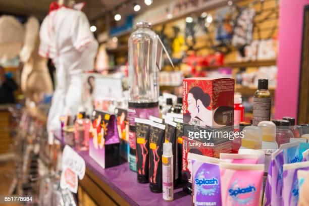 productos y tienda de adultos - consolador fotografías e imágenes de stock