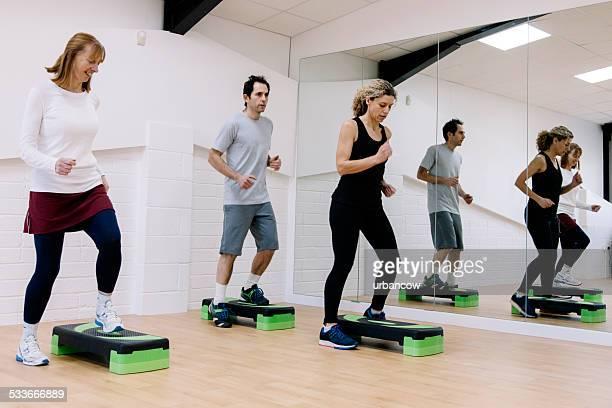 Adulto Aeróbica step classe em um Estúdio de Exercício