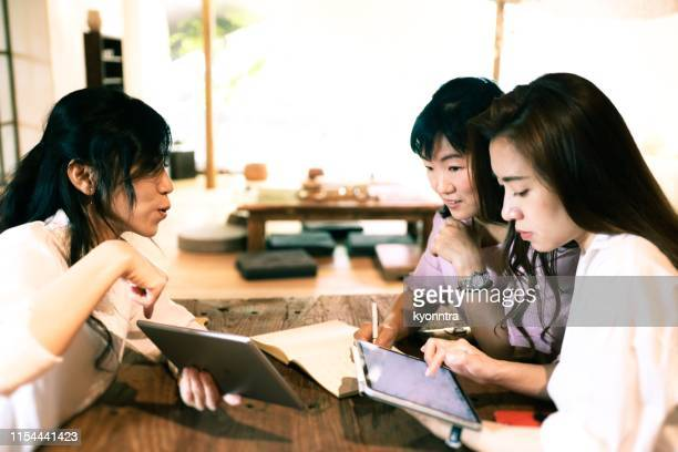 adult student - learn english stock pictures, royalty-free photos & images