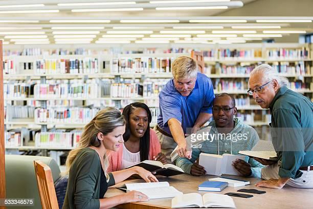 Erwachsene Studenten studieren in der Bibliothek