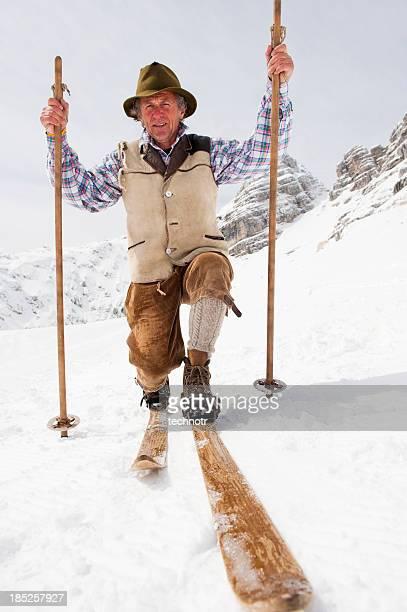 Adulte ski vintage pose dans les montagnes